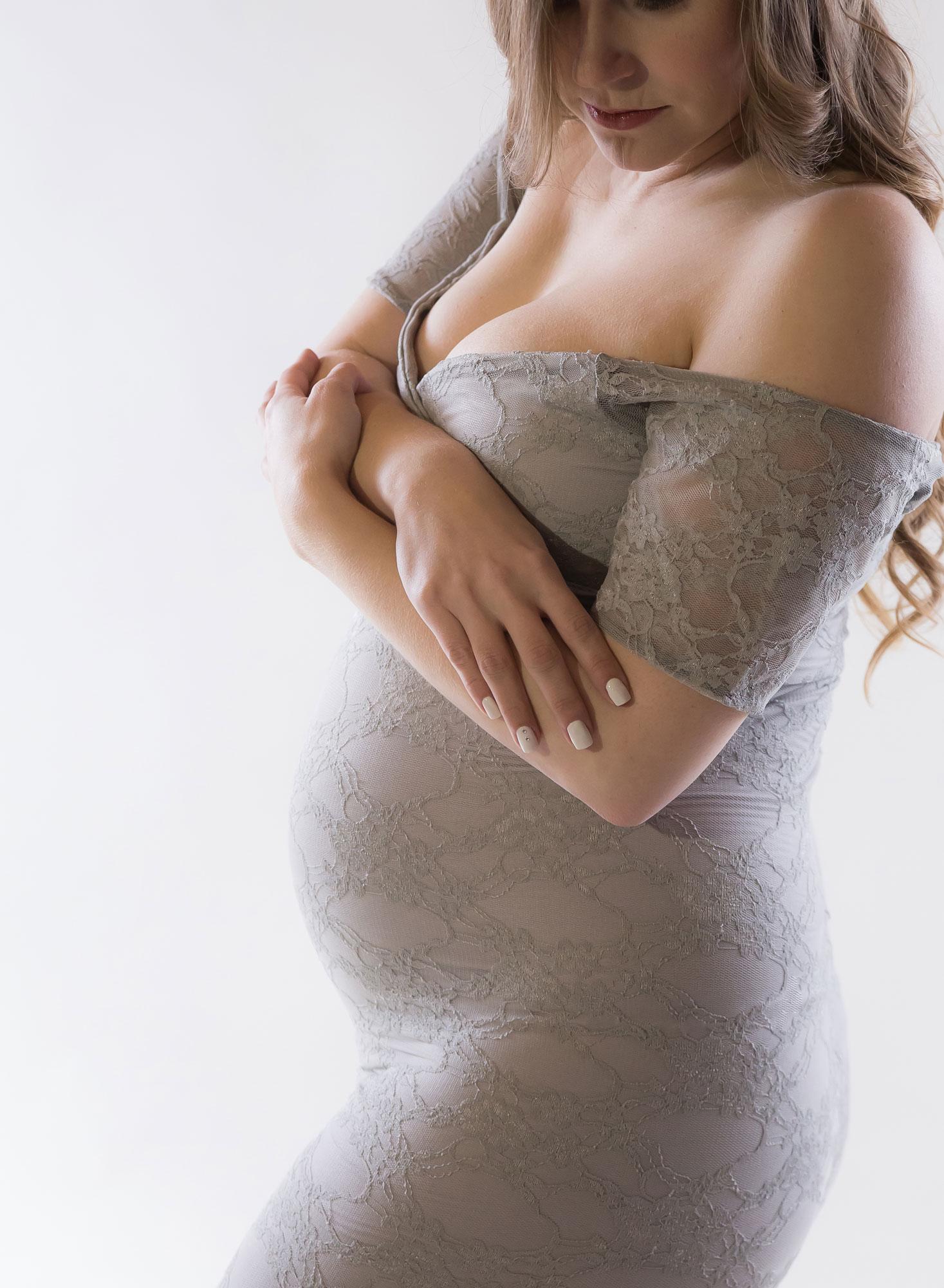 silhouette-maternity-portrait-grey-dress